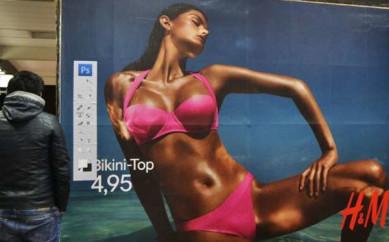 Un artista contro H&M:sulla cartellonistica compare la barra di Photoshop