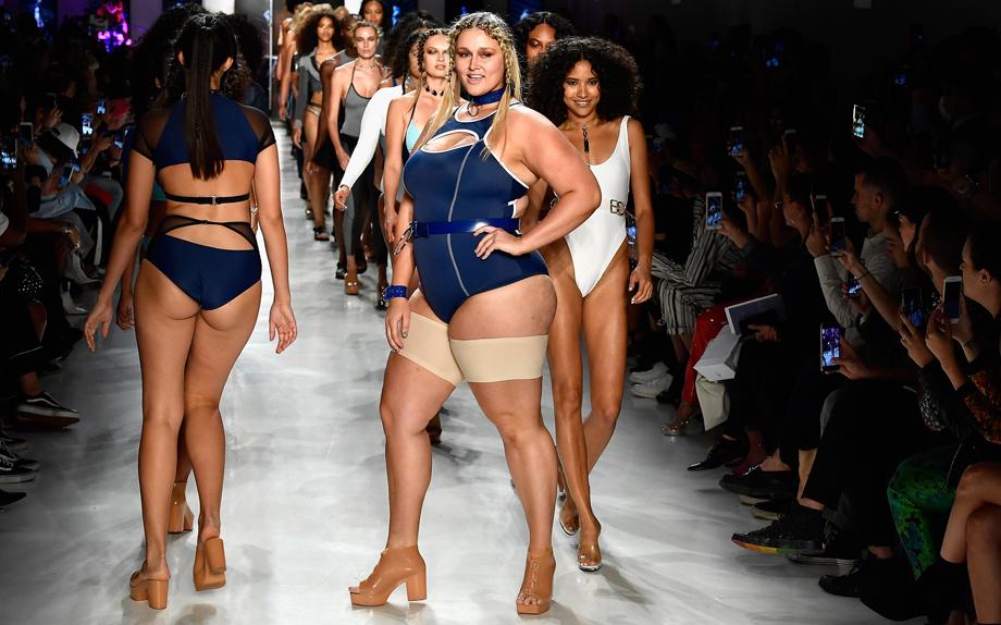 La modella Hunter McGrady sfila con le Bandelettes